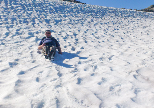 Ned en snøfonn på Råkfjellet