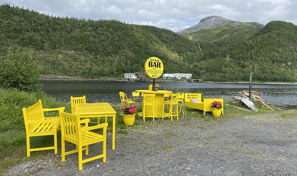 Langfjordveien med sine mange installasjoner. På andre siden kraftstasjonen og startpunkt