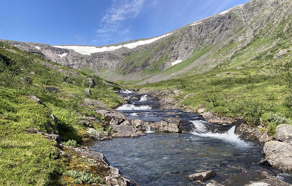 Følger elva til dalen åpner seg